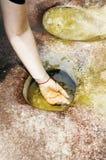 妇女手在清楚的水中 免版税库存图片