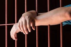 妇女手在监狱 免版税库存照片