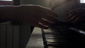妇女手完成在钢琴和钢琴特写镜头接近的盒盖的戏剧在慢动作的 股票录像