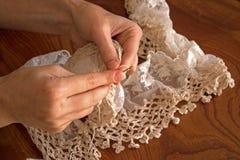 妇女手工制造编织的围巾 免版税库存照片