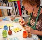 妇女手工制造陶瓷砖在科多巴,西班牙。 免版税库存照片