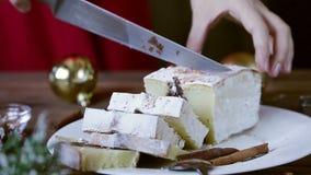 妇女手录影切开了圣诞节与假日装饰的巧克力蛋糕 食物xmas背景 影视素材