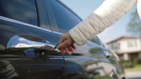 妇女手打开在汽车的锁并且打破钥匙 影视素材