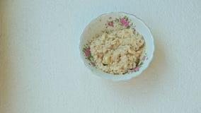 妇女手投入碗用燕麦粥和香蕉 影视素材