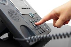 妇女手拨一个电话号码 免版税库存照片