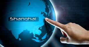 妇女手指和地球,上海 免版税库存图片