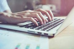 妇女手按一个键盘 它` s技术工作 使工作更加容易 库存图片