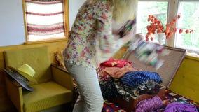 妇女手提箱充分的布料 股票视频