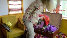 妇女手提箱充分的布料 影视素材