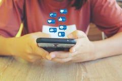 妇女手有集合通讯技术和社会媒介全息图或象的藏品智能手机  免版税库存照片