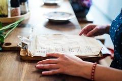 妇女手特写镜头拿着菜单的 库存照片
