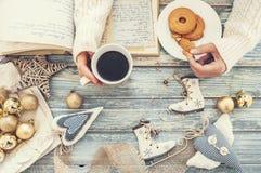 妇女手用曲奇饼和杯子热的咖啡 免版税库存照片