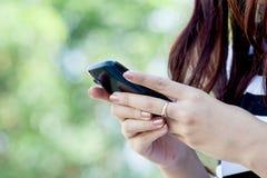 妇女手用途巧妙的电话,片剂,手机,电话 免版税图库摄影