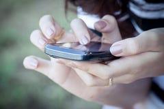 妇女手用途巧妙的电话,片剂,手机,电话 免版税库存图片