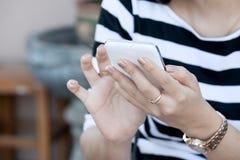 妇女手用途巧妙的电话,片剂,手机,电话 库存照片