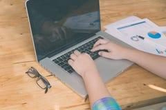 妇女手,笔,玻璃,商业文件,便携式计算机没有 免版税库存照片