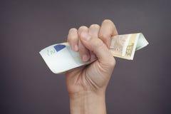 妇女手紧压欧洲钞票 免版税库存图片