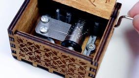 妇女打开和播放音箱的` s手 转动作为它的音箱机制和齿轮的宏指令使用 股票视频