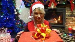 妇女打开在一个红色箱子的一件礼物 影视素材