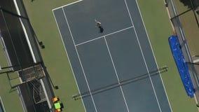 妇女打网球在法院 影视素材