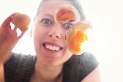 妇女打破一个煮熟的鸡蛋 库存图片