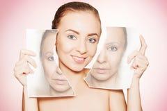 妇女打破与她的老面孔和展示纯净的皮肤的照片 免版税库存图片