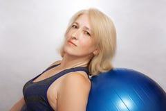 妇女执行体育运动减少重量 库存照片