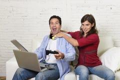 妇女扼杀的技术离经叛道之人的丈夫或男朋友是的电子设备和互联网瘾概念 库存照片