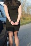 妇女把刑警扣上手铐 免版税库存图片