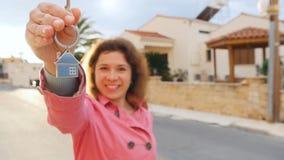 妇女把握关键到一个新的家 股票视频