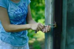 妇女把握关键和放它入锁 图库摄影