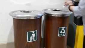 妇女投掷的垃圾的行动对垃圾箱的 影视素材