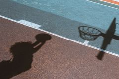 妇女投掷的球的阴影 免版税库存照片