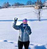 妇女投掷雪球在我 库存图片