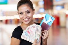 妇女护照现金 免版税库存图片