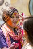 妇女抹上与色的粉末,在Dol Utsav节日的庆祝参与 库存照片