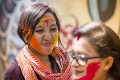 妇女抹上与色的粉末,在Dol Utsav节日的庆祝参与 免版税库存照片