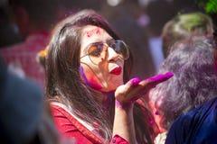 妇女抹上与色的粉末,在Dol Utsav节日的庆祝参与 免版税图库摄影