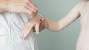 妇女抹上在儿童的手上的水痘粉刺 股票录像