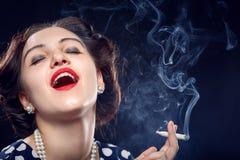 妇女抽烟的联接 免版税库存照片