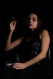 妇女抽烟 免版税库存图片