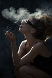 妇女抽烟 库存图片