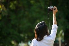 妇女拍一张照片本质上 库存图片