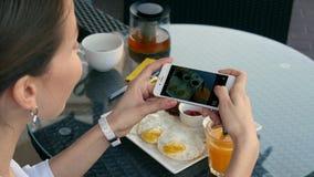 妇女拍在她的食物的照片 库存图片