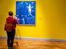 妇女拍在新的特列季尤欣画廊的照片 库存照片