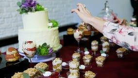 妇女拍在白蛋糕电话的照片与花的 股票视频