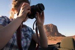 妇女拍摄纪念碑谷的照片 免版税库存照片