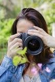 妇女拍照片本质上 库存照片