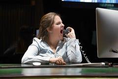 妇女招待会发誓与客户由电话 免版税库存照片