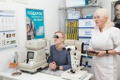 妇女拜访一位眼科医生 库存照片